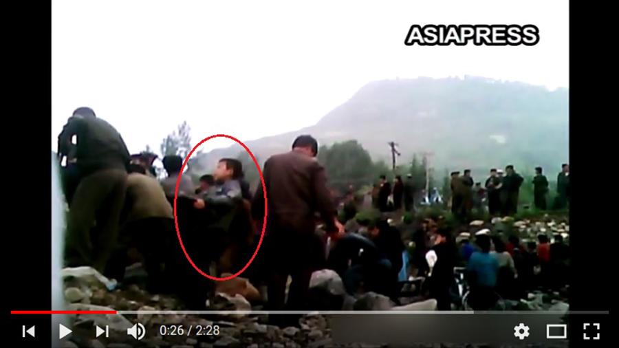 日本亞洲新聞社偷拍的片段顯示,北韓人民被迫無償勞動,連小孩也包括在內。(視像擷圖)