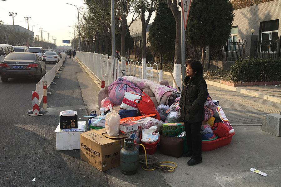 北京公寓大火,當局對餐館、店鋪及出租屋進行強拆,引發學者炮轟。圖為被暴力驅趕的外來者。(RYAN MCMORROW/AFP/Getty Images)