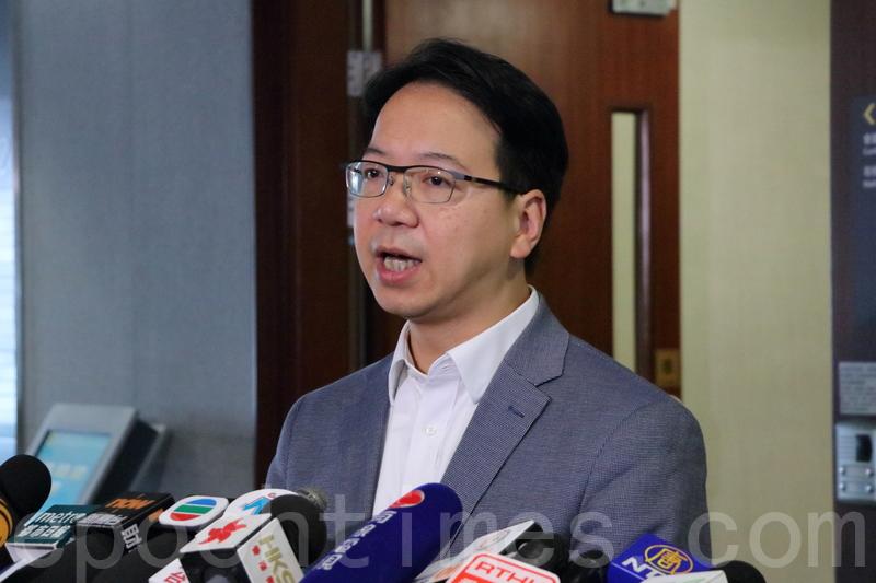莫乃光促請運輸及房屋局認真研究消委會的建議。(蔡雯文/大紀元)