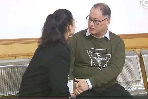 宣判後,李明哲與妻子李凈瑜在官方監視和錄影下見面不到三分鐘。(岳陽中級人民法院微博截圖)