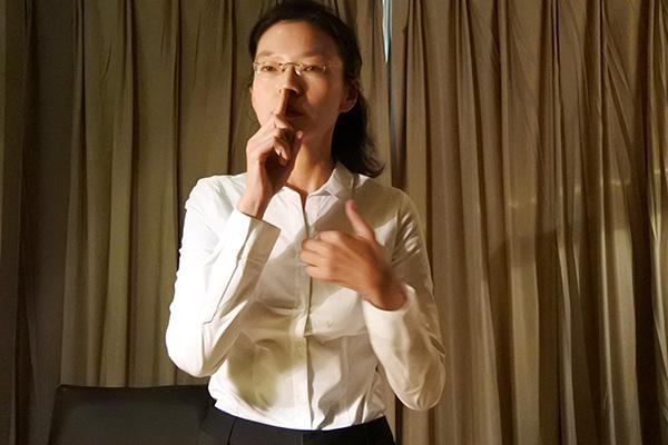 李凈瑜其後接受媒體採訪時說,期間李明哲示意她不要講話,然後拍胸,她於是理解「我的先生身上被裝了監聽器。」(中央社)