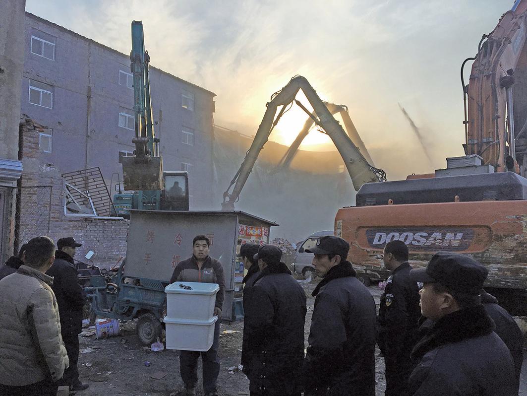 北京大規模粗暴驅趕「外來人口」引發眾怒。(Getty Images)