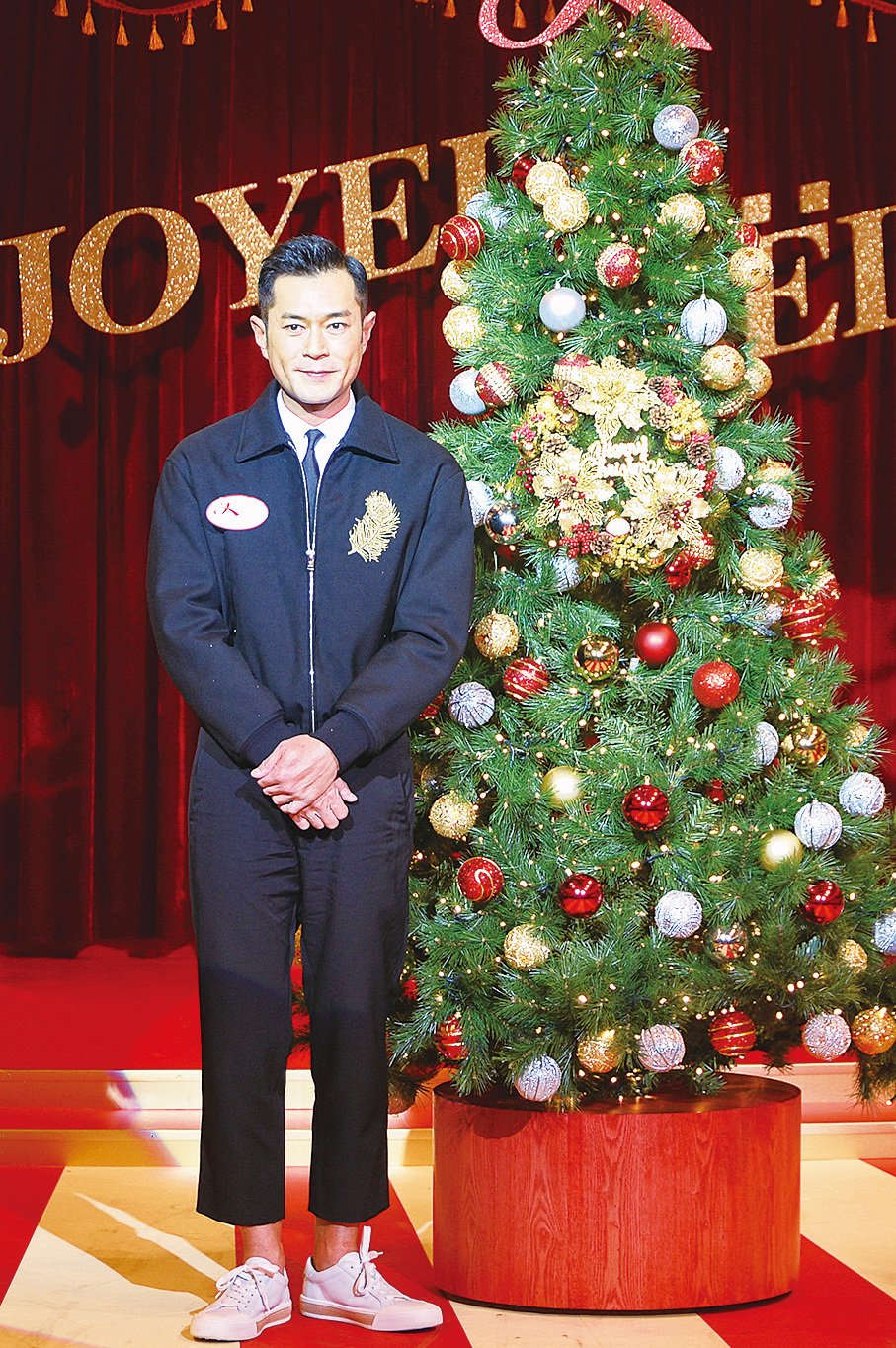 古天樂在「又一城‧快樂聖誕」台上表演魔術,變出聖誕花來裝飾聖誕花環。(宋碧龍/大紀元)