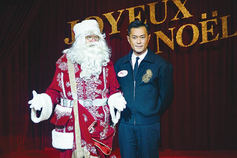 古天樂與大會安排的聖誕老人一起合照。(宋碧龍/大紀元)