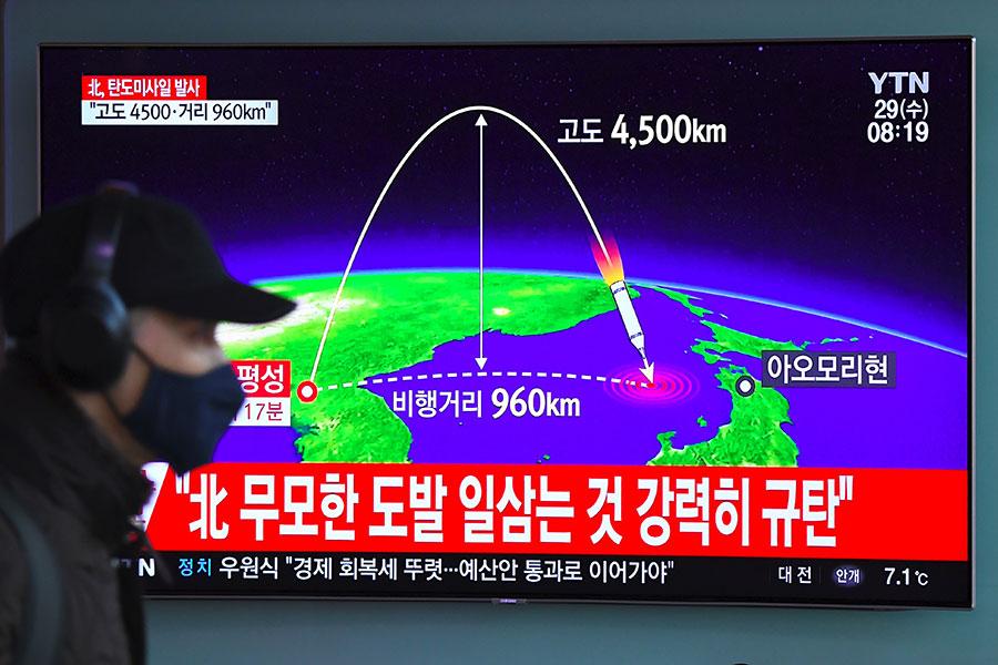 周三(11月29日),南韓媒體報道,北韓在當地時間凌晨3時左右,發射一枚彈道導彈。圖為北韓於8月29日發射的火星-12號導彈。(JUNG YEON-JE/AFP/Getty Images)