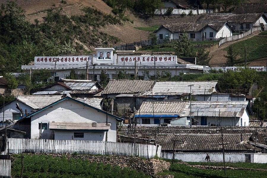 北韓金正恩獨裁政權為取得外匯,未禁止出口及販售冰毒,不僅毒害其人民,也危害其它國家的人民,其中與其相鄰的中國大陸遼寧省的居民受害最深。圖為丹東市北方的北韓屋舍。(Kevin Frayer/Getty Images)