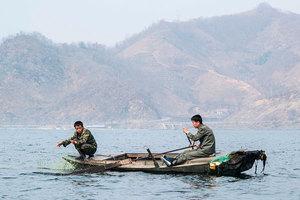 日本海岸頻現朝鬼船 因金正恩拚命水中撈食