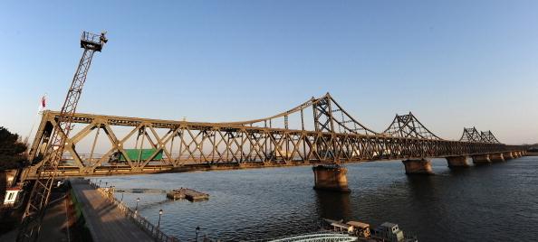 中國和北韓邊界的中朝友誼大橋,近日被宣佈關閉。(FREDERIC J. BROWN/AFP/Getty Images)