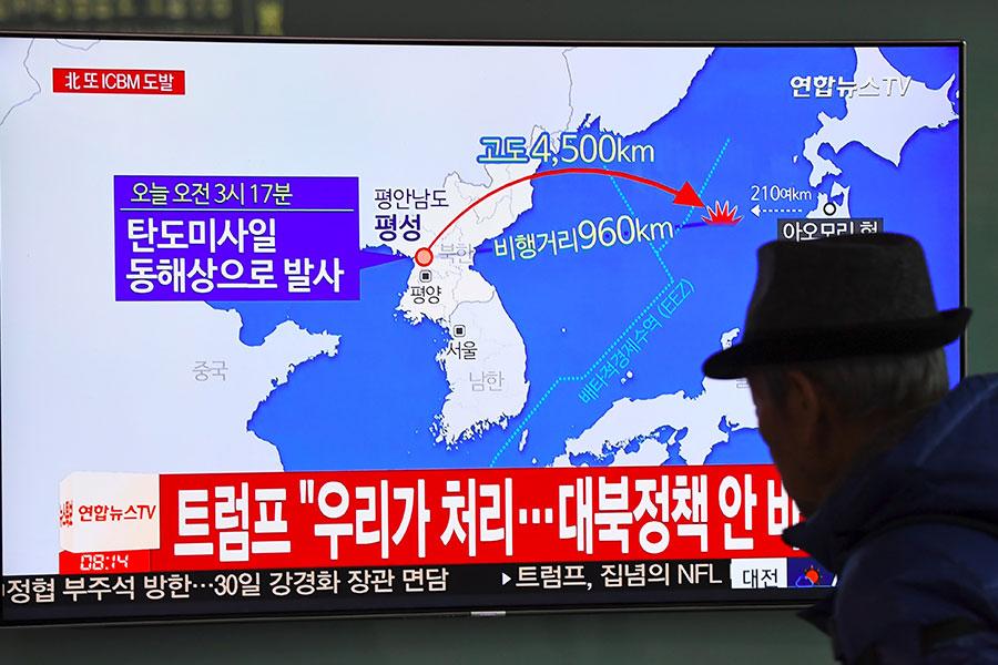 2017年11月29日,北韓中央電視台宣佈,該國於凌晨時分成功試射一枚「火星15型」(Hwasong-15)導彈。圖為在南韓首爾火車站觀看此一新聞的南韓民眾。(JUNG Yeon-Je/AFP)