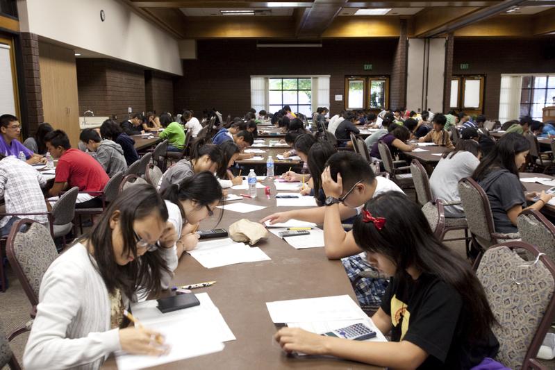 美國奧克拉荷馬州一名14歲華裔少年在ACT考試中,獲得36分的滿分。圖為2011年9月3日大洛杉磯教育展,學生進行ACT和PSAT模擬考試。(季媛/大紀元)