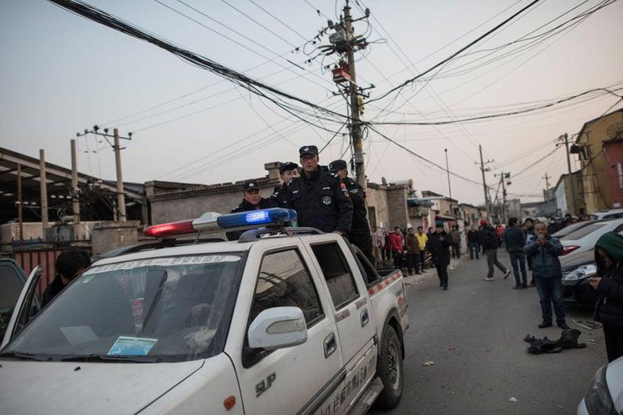 圖為11月27日拍攝的北京警方要求郊區居民限期搬家。(FRED DUFOUR/AFP/Getty Images)