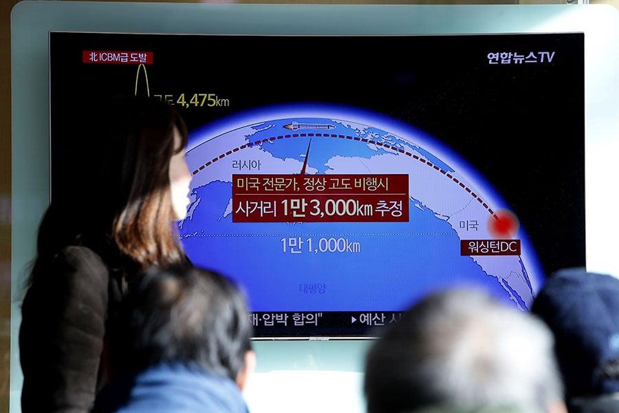 北韓宣稱成功發射可以擊中整個美國大陸的導彈,美國總統特朗普和日韓首腦通話,重申加強合作制朝,聯合國安理會周三將召開緊急會議。(Chung Sung-Jun/Getty Images)
