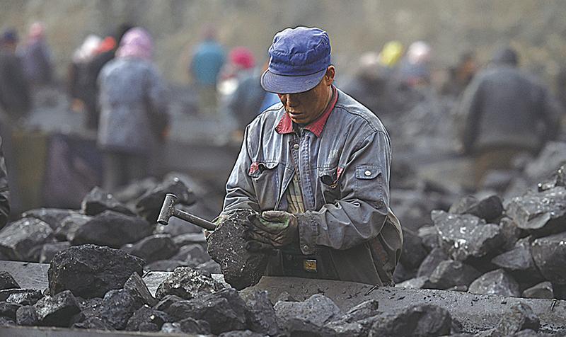 目前山西七大國有煤炭集團僅公佈了2015年前三季度的財務資料,負債總額超過萬億,體量相當於山西省2015年全年的GDP,總體資產負債率達80%。圖為2015年11月20日,山西大同一處煤礦場的生產線。(AFP)