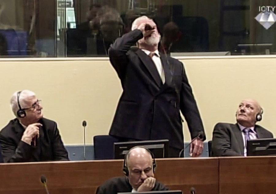 前波黑克族部隊戰時指揮官斯洛博丹・普拉亞克(Slobodan Praljak)被控對波黑穆斯林犯有戰爭罪,被判處20年徒刑。在一名聯合國法官拒絕其上訴請求後,普拉亞克在海牙法庭上飲毒自盡。(AFP PHOTO/International Criminal Tribunal for the former Yugoslavia)