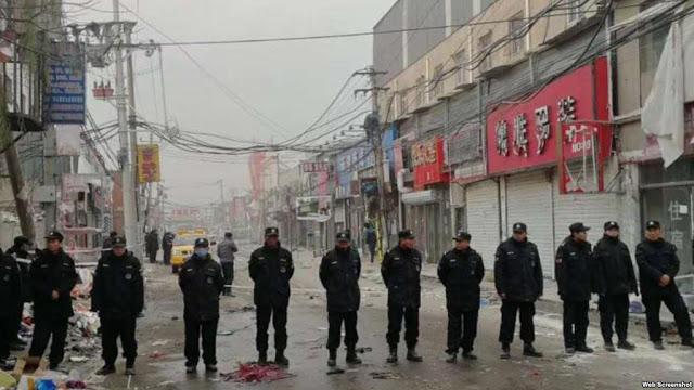 最近,北京動用公安、城管等多部門人員強拆違章建築,並驅趕外地租戶,人們指出這形同納粹。(網民提供)