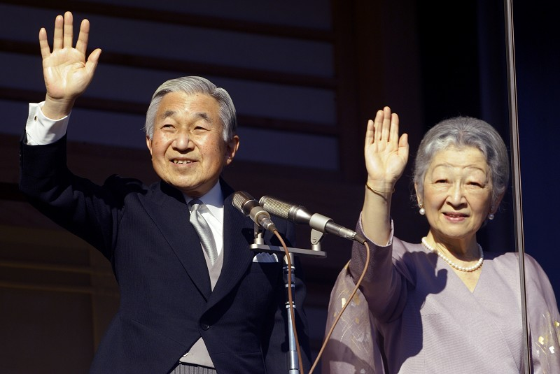 圖為日皇明仁(左)新年依循傳統向民眾致意,祈願國泰民安、世界和平。右為皇后美智子。(TOSHIFUMI KITAMURA/AFP/Getty Images)