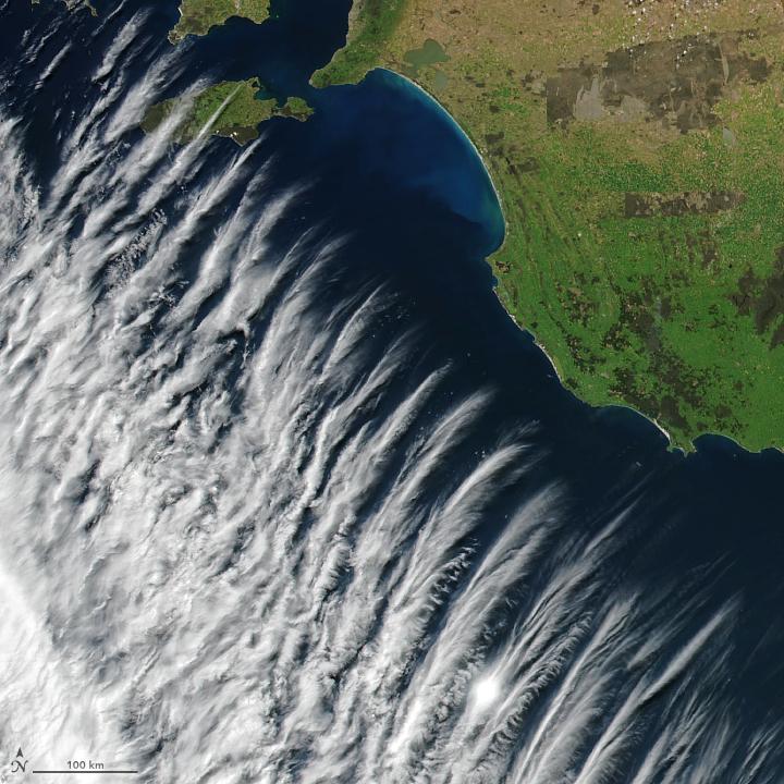 NASA在澳洲拍到罕見怪雲 像一根根羽毛