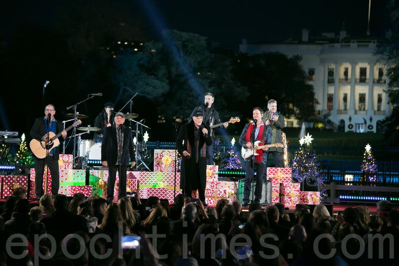 馳名五十載的著名演唱團Beach Boys在國家聖誕樹點燈慶典上演唱。(李莎/大紀元)