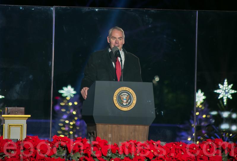 美國內政部部長Ryan Zinke在國家聖誕樹點燈慶典上向保護國家安全的軍人致謝。(李莎/大紀元)