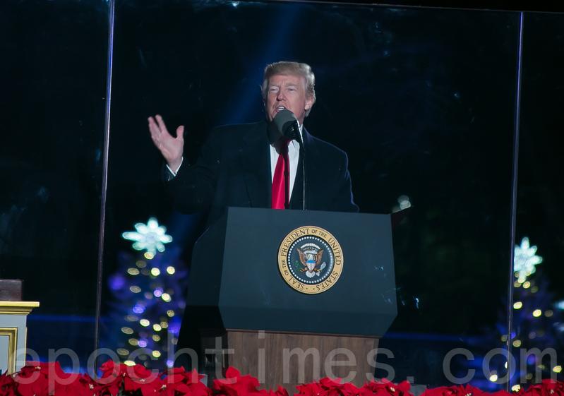 特朗普總統第一次參加國家聖誕樹點燈慶典,當天氣溫高達華氏55度,他說,這是25年來最好的天氣,感到很幸運。(李莎/大紀元)