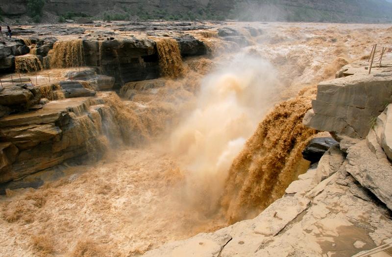 《尚書‧禹貢》中提到「蓋河漩渦,如一壺然」,黃河壺口瀑布。(Leruswing/維基百科)