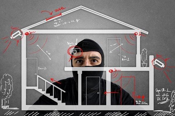 有了報警器和監控錄像雙保險,家中會安全很多。(AndreyPopov/Depositphotos)
