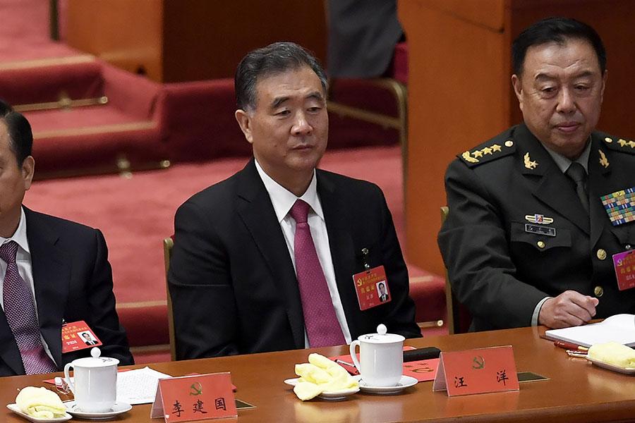 圖為10月24日汪洋(中)等人出席中共十九大會議。(WANG ZHAO/AFP/Getty Images)
