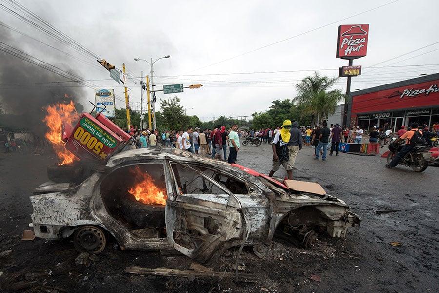 洪都拉斯於2017年12月1日宣佈國家進入緊急狀態並實施宵禁。該國民眾抗議大選舞弊而走上街頭示威,一周來的騷動已造成1死20傷。(JORDAN PERDOMO/AFP/Getty Images)