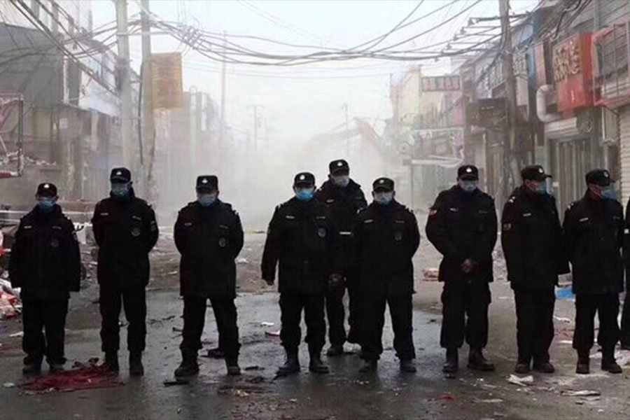 北京大興發生火災後,中共當局以確保安全為由,在北京展開大清查,趕走幾十萬的被當局稱為「低端人口」的外地務工人員。網友稱中共僱傭的清查打手,就像清理猶太人的黨衛軍。(網友提供)