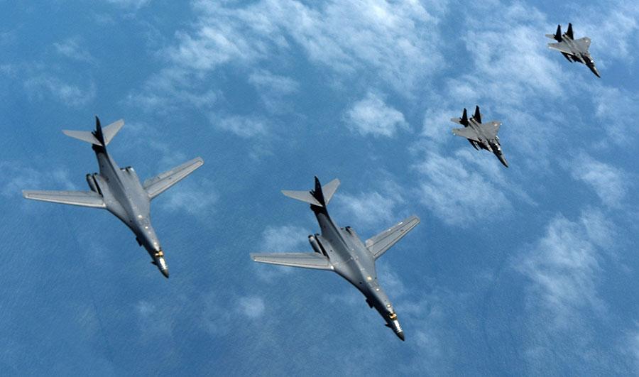 北韓發射導彈後,美軍多個戰略武器抵達南韓。圖為6月20日美軍兩架B-1B戰略轟炸機與兩架南韓空軍的F-15戰機正在參加美韓聯合軍事演習。(U.S. Air Force photo by Tech Sgt. Kamaile Chan)