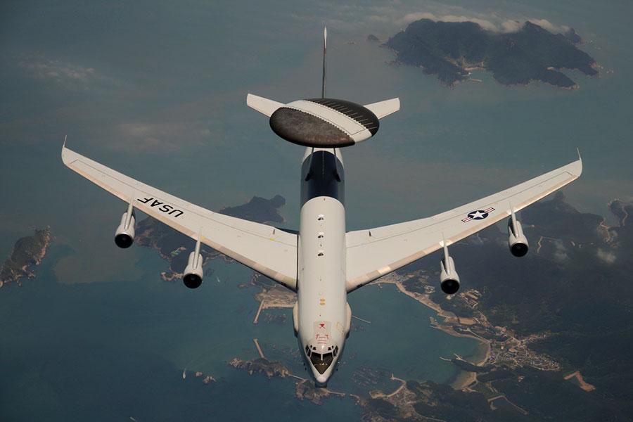 美國空軍的一架E-3全天候空中預警機在南韓海岸進行了一次飛行。(DoD photo by Airman 1st Class Chad Warren, U.S. Air Force/Released)