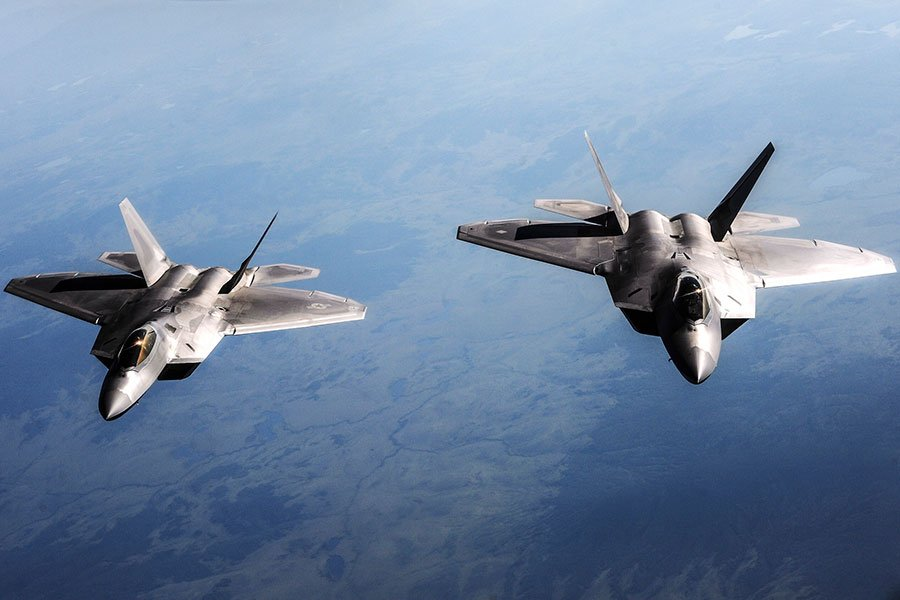 圖為美軍兩架F-22猛禽戰機在參加聯合軍事演習。(DoD photo by Senior Airman Zachary Perras, U.S. Air Force/Released)