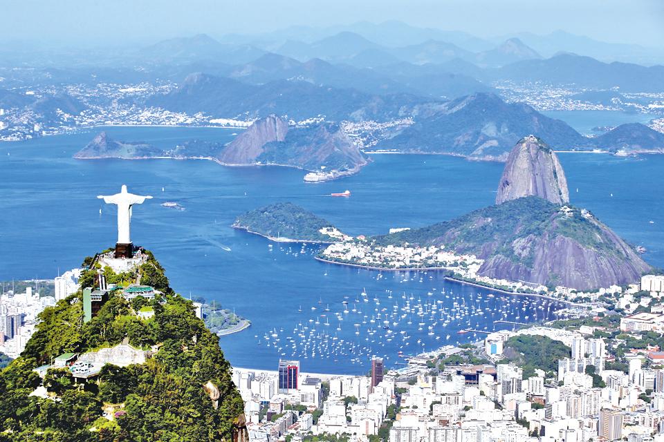 巨大的耶穌塑像俯視里約。