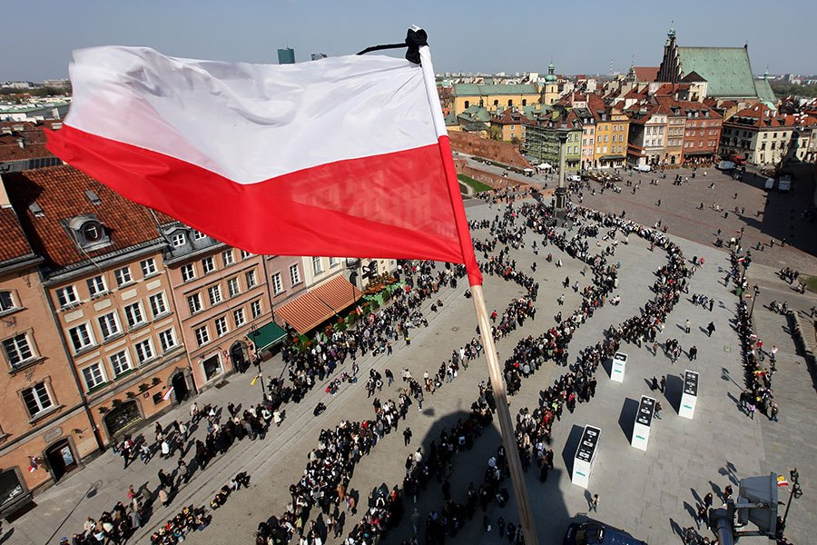 今年秋天正值「十月革命」100周年,波蘭議會在上月底投票通過一項決議,譴責共產主義意識形態和布爾什維克革命的影響。圖為波蘭總統卡欽斯基所乘飛機幾年前在俄羅斯失事,人們排隊悼念。(Sean Gallup/Getty Images)