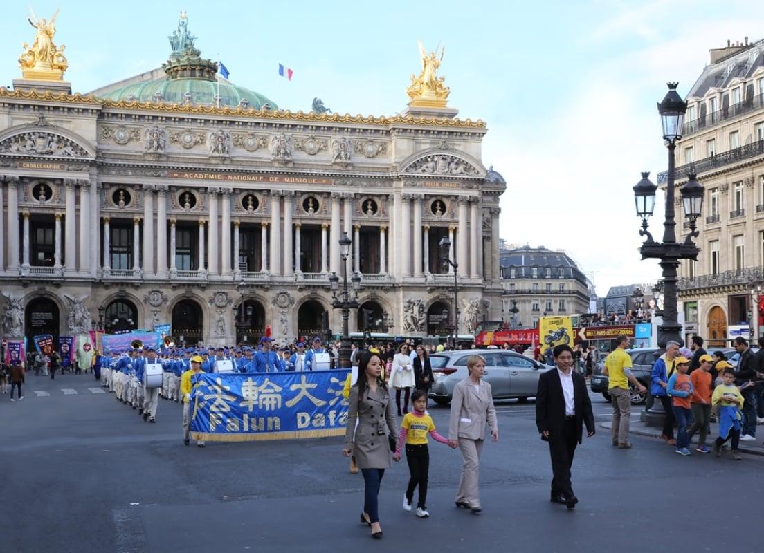 法國右翼前部長Françoise Hostalier女士(左三)走在遊行隊伍的最前頭,全程陪同法輪功學員一起穿越巴黎市中心多條大道,走完了歷時2個小時的大遊行。(傅潔/大紀元)