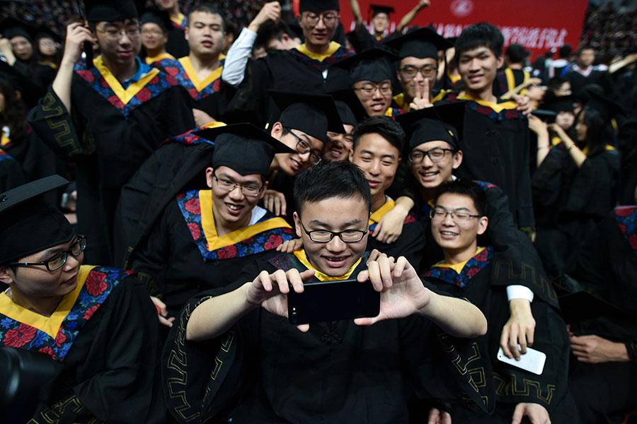 圖為華中科技大學2017年畢業禮上的應屆畢業生,攝於2017年6月20日。(STR/AFP/Getty Images)