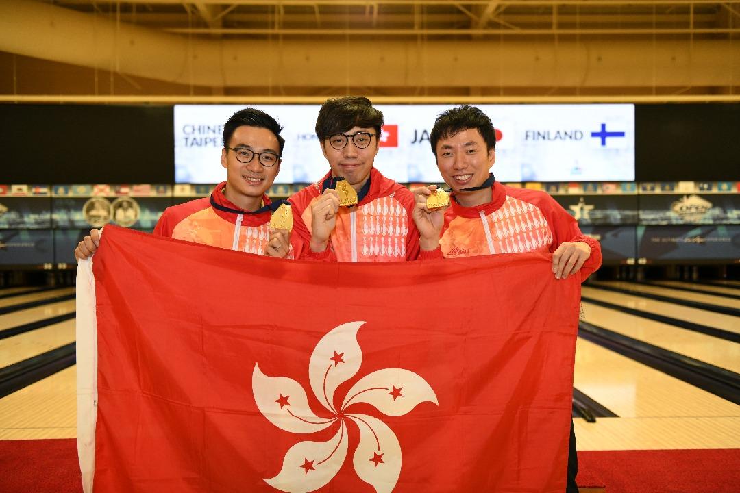 港隊成員曾德軒(左)、胡兆康(中)及麥卓賢(右),在世界保齡球錦標賽2017的男子三人賽勝出,奪得香港第一面世界保齡球錦標賽金牌。(香港保齡球協會提供)