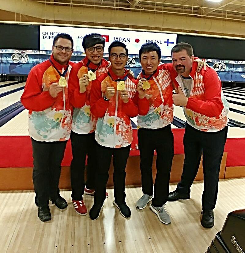 胡兆康(左二)、曾德軒(左三)及麥卓賢(右二)與從美國聘請的技術顧問大衛軒斯(右一)及教練(左一)合照。
