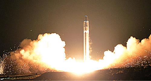 北韓上周三試射「火星-15」洲際彈道導彈。(KNS/AFP)
