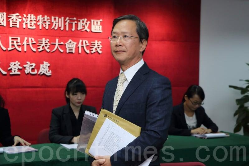 郭家麒昨日報名參加新一屆港區人大代表選舉,他拒絕簽確認書。(蔡雯文/大紀元)