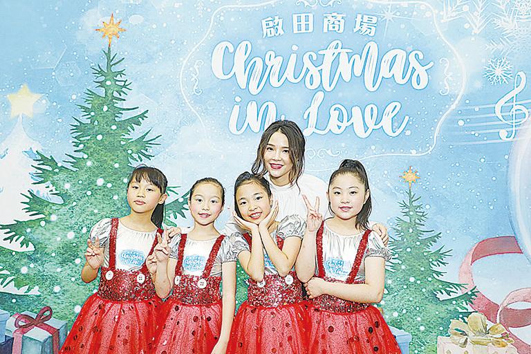 方皓玟在活動上與一班小朋友唱歌玩遊戲,為迎接聖誕節的來臨。(RSVP公司提供)
