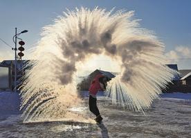 【圖片新聞】漠河氣溫達-40℃ 遊客玩潑水成冰