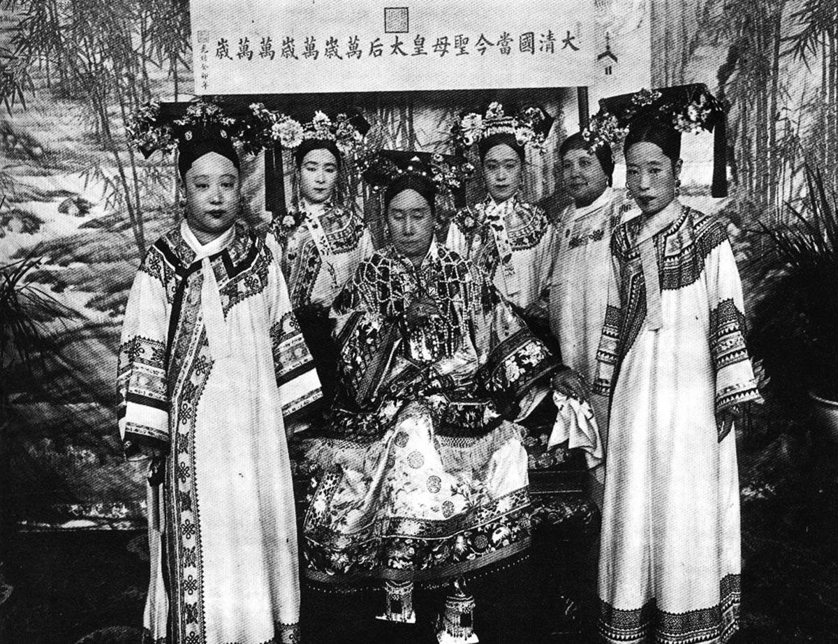 公元1903年初,裕容齡(左四)擔任慈禧太后(左三)的御前女官。(wekimediacommons)