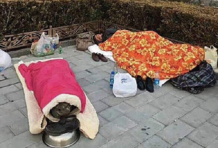 中共官方驅趕清除它們認為是「低端人口」的外地人後,老百姓沒地方住,只得在天寒地凍的路上睡覺。(網絡圖片)