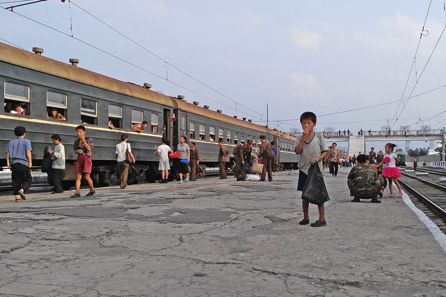 北韓脫北者查爾斯・柳(Charles Ryu)受荷里活動作片影星鼓舞,冒著生命危險逃離該國。圖為北韓一個火車站裏的小孩。(Xiaolu Chu/Getty Images)