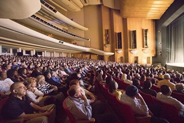 2017年4月28日晚,神韻國際藝術團在洛杉磯音樂中心桃樂西・錢德勒劇院(Dorothy Chandler Pavillion)舉行了首場演出。當晚全場爆滿,名流薈萃、一票難求。(季媛/大紀元)