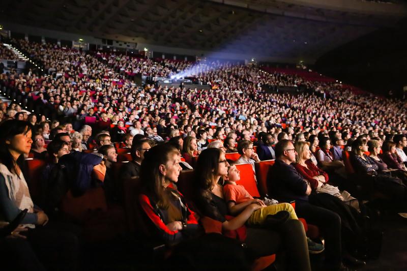 2017年4月22日,神韻世界藝術團在巴黎國際會議中心的演出爆滿。(傅潔/大紀元)