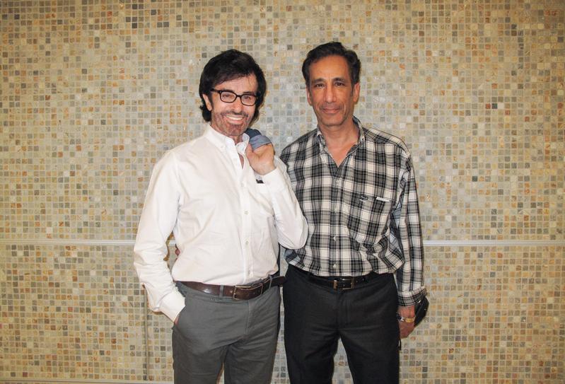 荷里活老牌明星、奧斯卡獎得主George Chakiris(左)和影視界友人Richard Tanner於2016年4月20日晚觀賞了神韻紐約藝術團在洛杉磯的演出。(劉菲/大紀元)