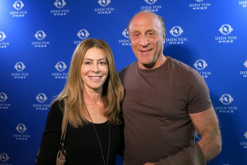 奧斯卡獲獎製片人Michael Phillips和律師兼小說家太太Juliana Maio觀看了2016年4月24日下午神韻紐約藝術團在洛杉磯微軟劇院的演出。(任一鳴/大紀元)