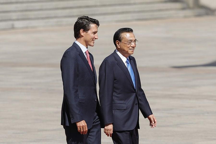 圖為正在北京進行訪問的加拿大總理杜魯多(左)與中共總理李克強。(Lintao Zhang/Getty Images)
